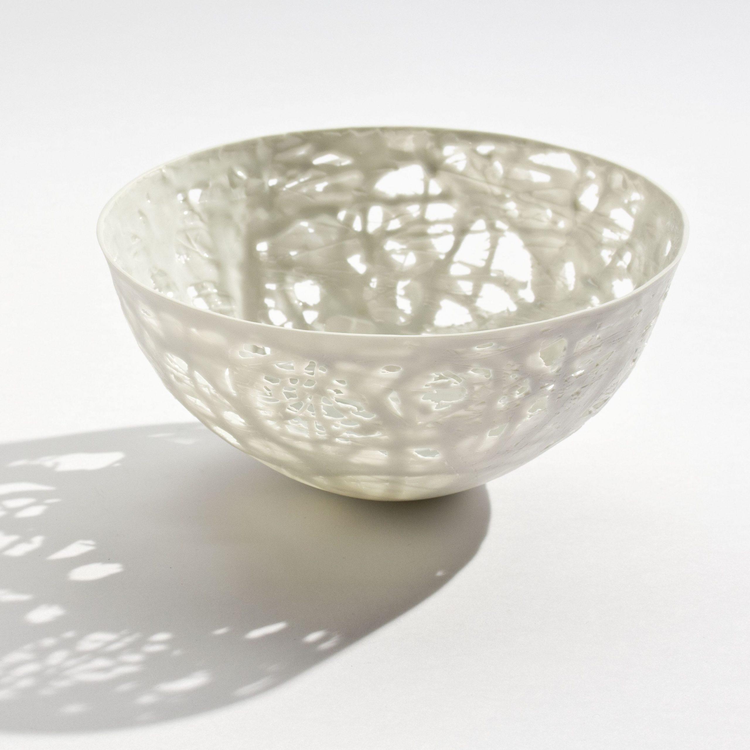 Keramik von Bärbel Thoelke eine kleine durchbrochene Schale aus dem Jahre 2009, &copy Angela Francisca Endress, Porzellanikon – Staatliches Museum für Porzellan Hohenberg a. d. Eger/Selb
